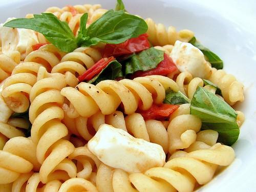 pasta fredda, ricette estive, caprese, pasta caprese, ricette veloci, facili e veloci, pasta